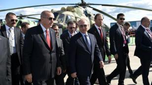 El presidente ruso, Vladímir Putin, y su homólogo turco, Recep Tayyip Erdogan, visitan el espectáculo aéreo MAKS 2019 en Zhukovsky, en las afueras de Moscú, Rusia, el 27 de agosto de 2019.