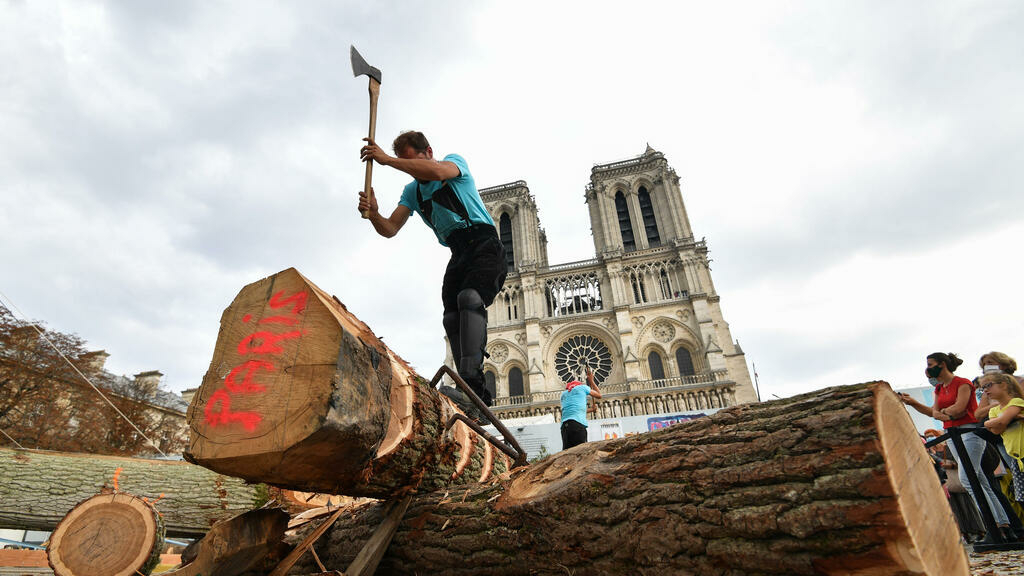 Sur le parvis de Notre-Dame, les charpentiers exposent leur savoir-faire