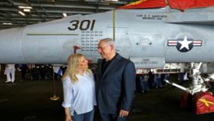 """نتانياهو مع زوجته سارة على متن حاملة الطائرات الاميركية """"يو اس اس جورج بوش"""" قبالة ساحل حيفا"""