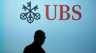 Imagen de archivo. Un hombre pasa junto a un logotipo de UBS proyectado en una pantalla en Singapur, el 14 de enero de 2019.