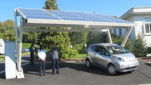 تعبئة سيارة كهربائية بالطاقة الشمسية في مدينة فوكرسون، بإحدى ضواحي باريس.