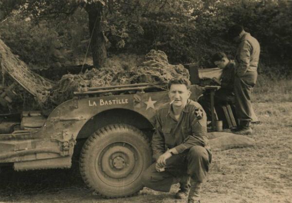 """Bernard Dargols devant sa jeep """"La Bastille"""" en 1944."""