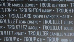 Inscription sur l'Anneau de la Mémoire inauguré à Notre-Dame-de-Lorette, dans le Pas-de-Calais.