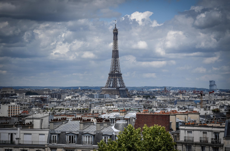 تظهر صورة تم التقاطها في 15 يونيو/ حزيران 2020 منظرًا لبرج إيفل في باريس.