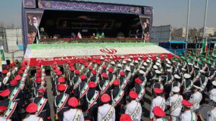 El presidente iraní, Hasan Rohaní, hace un gesto mientras miembros de las fuerzas armadas iraníes participan en celebración del aniversario de la revolución islámica de Irán, en Teherán, el 11 de febrero de 2018.