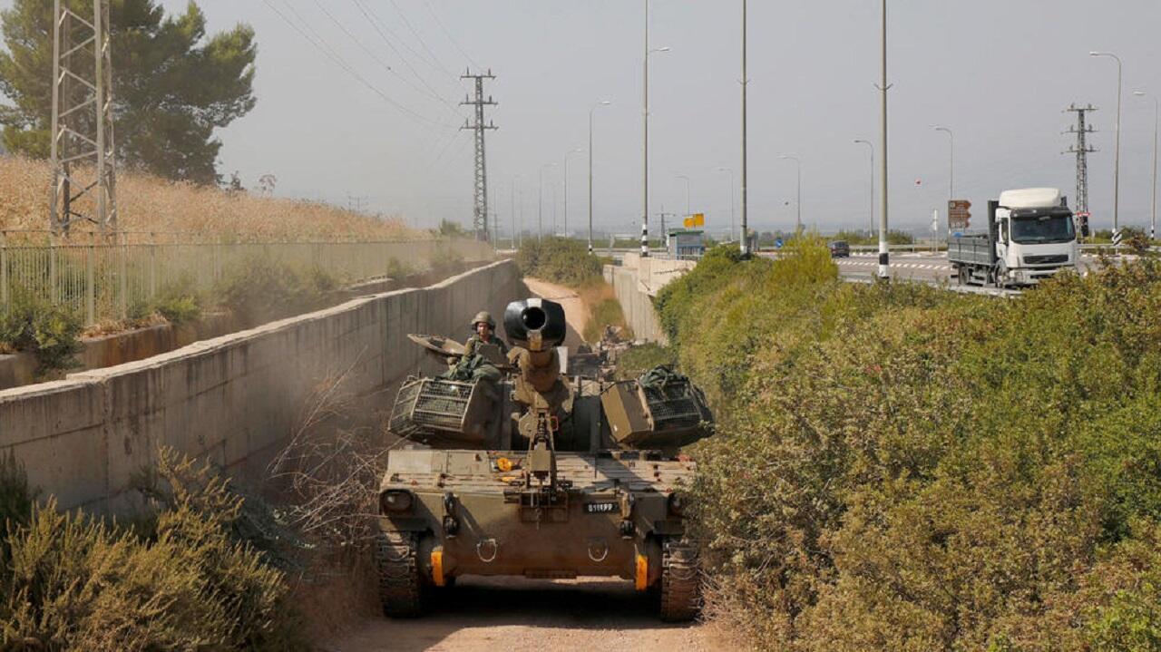 آلية عسكرية إسرائيلية تمر بجانب الحدود مع لبنان في 26 يوليو/تموز 2020.