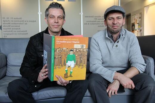 """كريس (يمين) وبرتران غاليك، اثنان من مؤلفي كتاب """"قميص الجزائر""""  2016/04/01"""