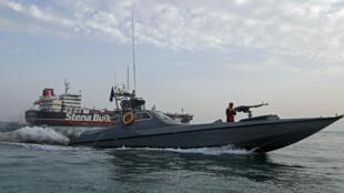 Des Gardiens de la révolution iraniens en train de patrouiller autour du pétrolier Stena Impero, battant pavillon britannique, alors qu'il est ancré au large de la ville portuaire iranienne de Bandar Abbas, le 21juillet2019.