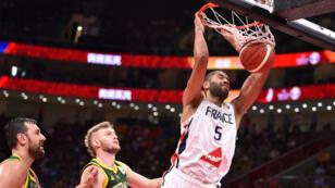 """Nicolas Batum au dunk, le 15septembre2019 à Pékin, lors de la """"petite finale"""" du Mondial de basket face à l'Australie."""