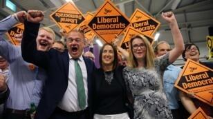 La candidate des libéraux-démocrates Jane Dodds (au centre) fête sa victoire avec son équipe après sa victoire à la législative partielle de Brecon et Radnorshire, à Builth Wells, le 2 août 2019.
