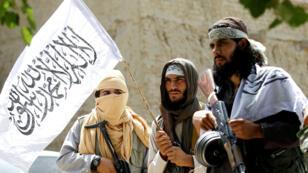 Archivo. Talibanes caminan mientras celebran el alto un fuego en el distrito de Ghanikhel de la provincia de Nangarhar, en Afganistán, el 16 de junio de 2018.