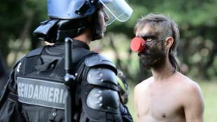 Un manifestant écologiste confronte un gendarme sur le site de construction de Sivens, le 9 septembre 2014.
