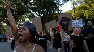 Shannon Greaves lidera una Caminata de Conciencia durante el 15 de junio para manifestarse contra la desigualdad racial tras la muerte de George Floyd. Boston, Massachusetts, EE. UU., el 18 de junio de 2020.
