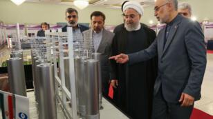 Le président iranien Hassan Rohani aux côtés du chef de l'organisation nucléaire iranienne Ali Akbar Salehi, le 9 avril 2019, à Téhéran.