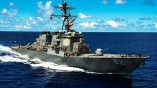 صورة وزعتها البحرية الأمريكية للمدمرة فيتزجيرالد أثناء قيامها بدورية في المحيط الهادئ في 8 أيلول/سبتمبر 2014