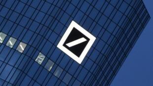 Le groupe bancaire allemand Deutsche Bank, géant européen du secteur, a annoncé vouloir supprimer des milliers de postes et se retirer de dix pays.