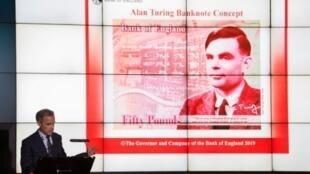 Le billet de 50 livres à l'effigie du mathématicien Alan Turing, présenté à Manchester le 15 juillet 2019 par le gouverneur de la Banque d'Angleterre Mark Carney