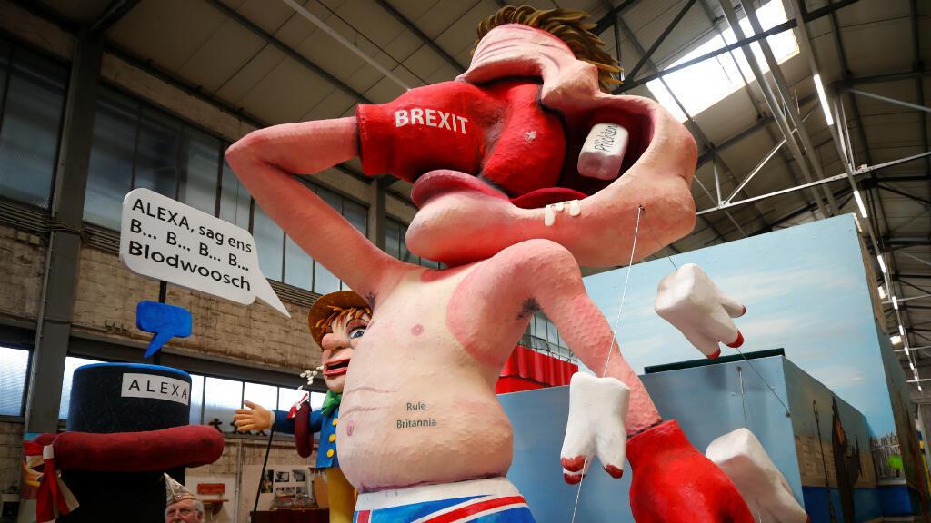 Una figura de papel maché que parodia a un turista británico que se golpea a sí mismo con un guante de boxeo que representa el Brexit, aparece en una vista previa de la famosa Colonia Rosa el lunes en Colonia, Alemania, el 26 de febrero de 2019.