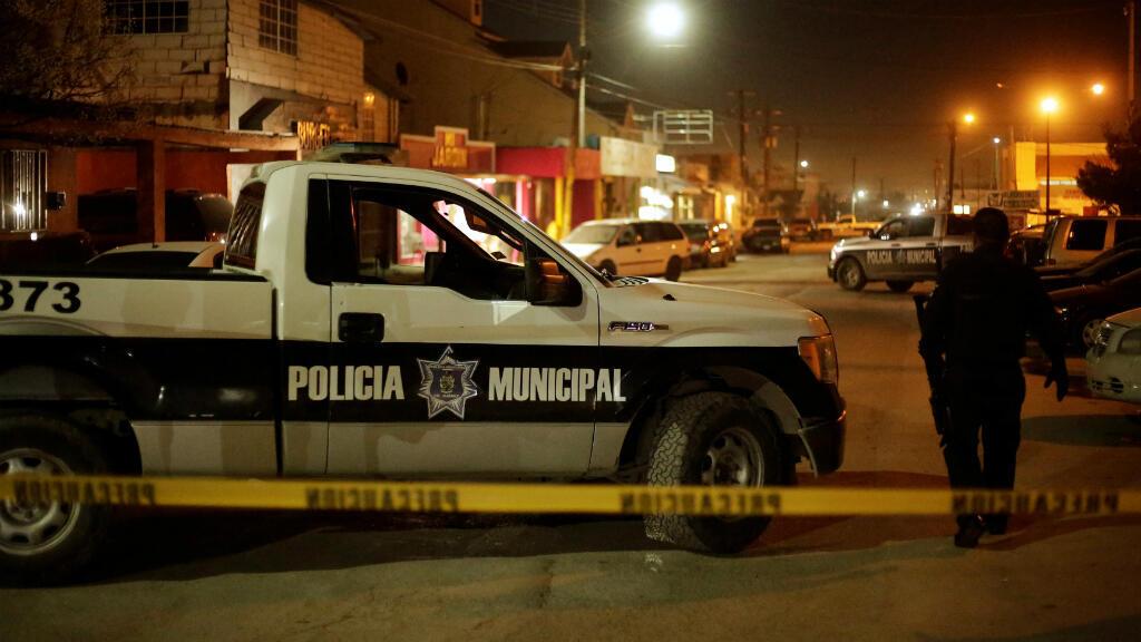 Un policía patrulla los alrededores de una estación de policía atacada por desconocidos, en Ciudad Juárez, México, el 17 de enero de 2019.