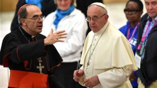 Le pape François, à droite, s'entretient avec le cardinal français Philippe Barbarin lors d'une audience avec des personnes sans abri et socialement exclues, dans la salle PaulVI du Vatican, le 11novembre2016.