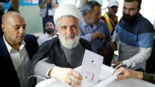 El secretario general de Hezbolá, Naim Qassem, votando en una mesa electoral durante las elecciones parlamentarias, en Beirut, Líbano, el 6 de mayo de 2018.