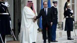 François Hollande salue le prince héritier d'Arabie saoudite Mohammed Bin Nayef à son arrivée à l'Élysée, le 4 mars 2016.