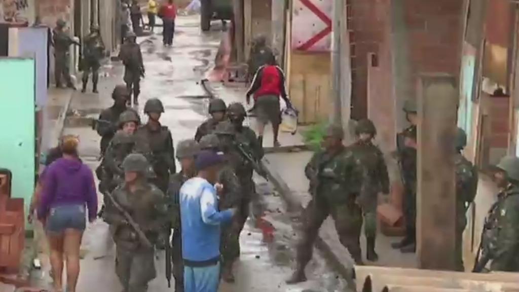 Des soldats brésiliens patrouillent dans la favela de Jacarezinho.