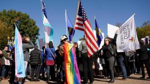 Activistas de los derechos transgénero protestan afuera de la Casa Blanca en Washington, el 22 de octubre de 2018.