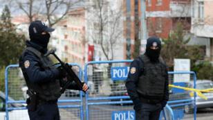 Des policiers turcs en faction devant le siège du HDP à Ankara, en novembre 2016.
