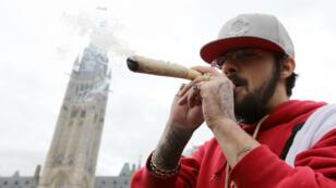 Un hombre fuma marihuana al frente del Parlamento canadiense, en Ottawa el 20 de abril de 2017.