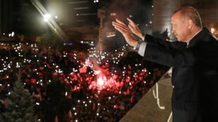 أردوغان يحيي أنصاره عقب فوزه في الانتخابات التركية، 24 حزيران/يونيو 2018.