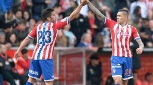 لاعبان من فريق سبورتينغ خيخون يحتفلان بتسجيل هدف ضد أتليتيكو مدريد 19مارس/آذار 2016