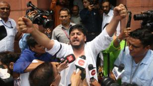 Fayaz Ahmad Mir, parlementaire représentant l'État du Jammu-et-Cachemire, proteste à la sortie du Parlement, à New Delhi, le 5août2019.