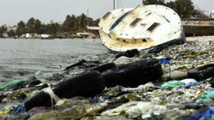التلوث البلاستيكي بات ظاهرة بالغة الخطورة في أفريقيا، الصورة من دكار السنغال، 2 حزيران/يونيو 2018.