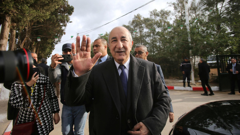Abdelmadjid Tebboune, saluda a los asistentes durante las elecciones presidenciales en Argel, Argelia, el 12 de diciembre de 2019.