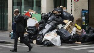 Les ordures s'accumulaient à Paris rue de la Bourse à la suite de la grève des éboueurs, le 10 juin 2016.