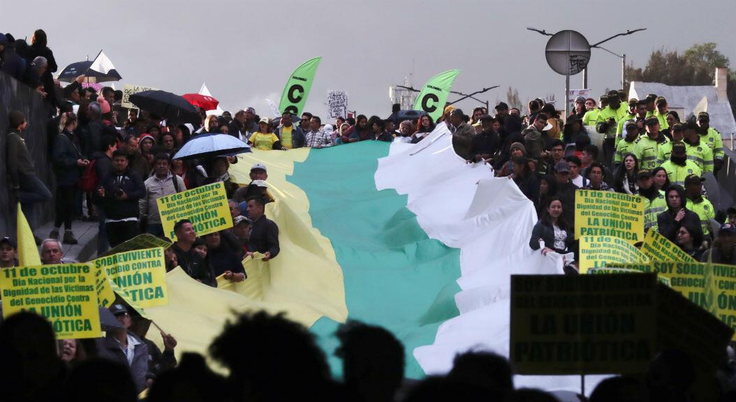 Decenas de manifestantes muestran cárteles y pancartas durante una protesta contra el asesinato de líderes sociales en Bogotá, Colombia, el 26 de julio de 2019.