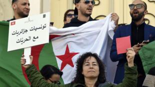 Tunisiens et Algériens vivant à Tunis participent à une manifestation contre la candidature d'Abdelaziz Bouteflika à un 5e mandat dans la capitale Tunis, le 9 mars 2019.