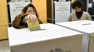 سيدة تدلي بصوتها في الانتخابات التشريعية الإيطالية في مركز اقتراع وسط روما في الرابع من آذار/مارس 2018