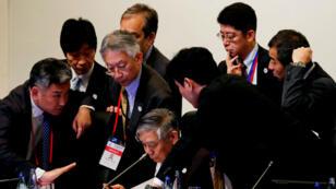 Haruhiko Kuroda, gobernador del Banco de Japón, rodeado por sus delegados durante la reunión de ministros de finanzas y gobernadores del banco central del G20 en Fukuoka, Japón. 7 de junio de 2019.