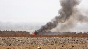 دخان يتصاعد من موقع معارك بين المتمردين الحوثيين والقوات الحكومية على بعد نحو 50 كلم شمال غرب مأرب في 11 شباط/فبراير 2021