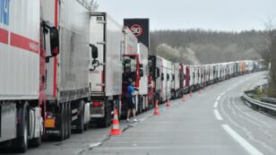 Des camions bloqués sur l'autoroute A16 tentent de joindre le tunnel sous la Manche, près de Calais, en France, le 14 mars 2019, pour gagner le Royaume-Uni malgré le mouvement des douaniers.