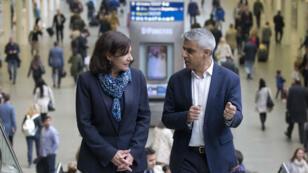 La maire de Paris Anne Hidalgo et le maire de Londres Sadiq Khan à la gare de St Pancras, à Londres, le 10 mai 2016.
