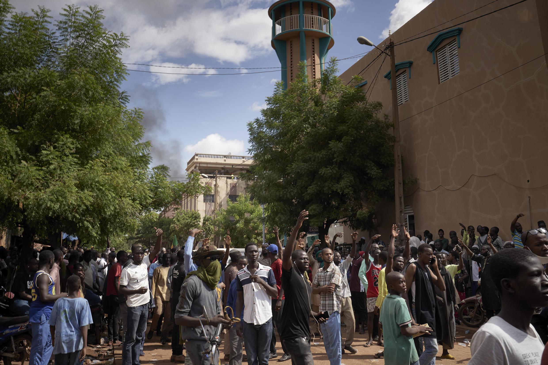 Une foule de manifestants s'est rassemblée devant la mosquée Badalabougou, le 12 juillet 2020. Le Mali connaît depuis début juin une importante crise socio-politique.