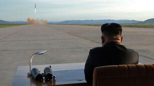 Kim Jong-Un observant le départ d'un missile, le 16 septembre 2017.