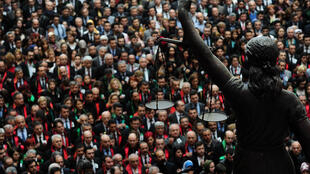 Manifestation des juristes turcs, le 1er avril 2015, devant la statue de la justice à Istanbul, après la mort du procureur Mehmet Selim Kiraz.