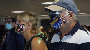 ركاب يضعون كمامات في مطار مدينة غواتيمالا في 18 أيلول/سبتمبر 2020