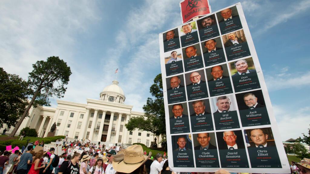 Bob Garner sostuvo un cartel en el Capitolio del Estado de Alabama durante la Marcha por la Libertad Reproductiva contra la nueva ley de aborto del estado, la Ley de Protección de la Vida Humana de Alabama, en Montgomery , Alabama, EE. UU., el 19 de mayo de 2019.