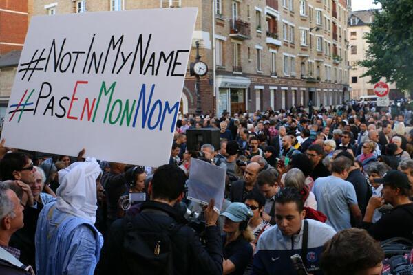 مسلمو فرنسا يتظاهرون أمام مسجد باريس تنديدا بمقتل الرعية الفرنسي إيرفيه غوردال