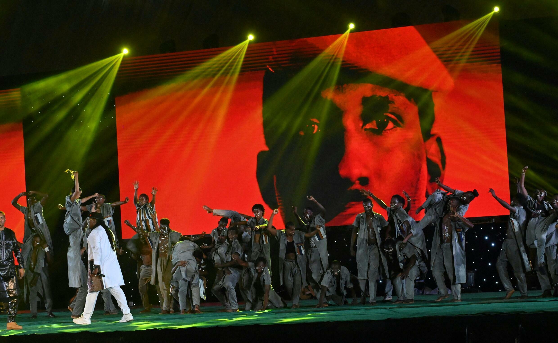 Le chanteur sénégalais Dier Awadi joue sur scène devant un portrait géant de l'ancien président burkinabè Thomas Sankara, à l'ouverture du 27e Fespaco, le 16 octobre 2921 à Ouagadougou au Burkina.